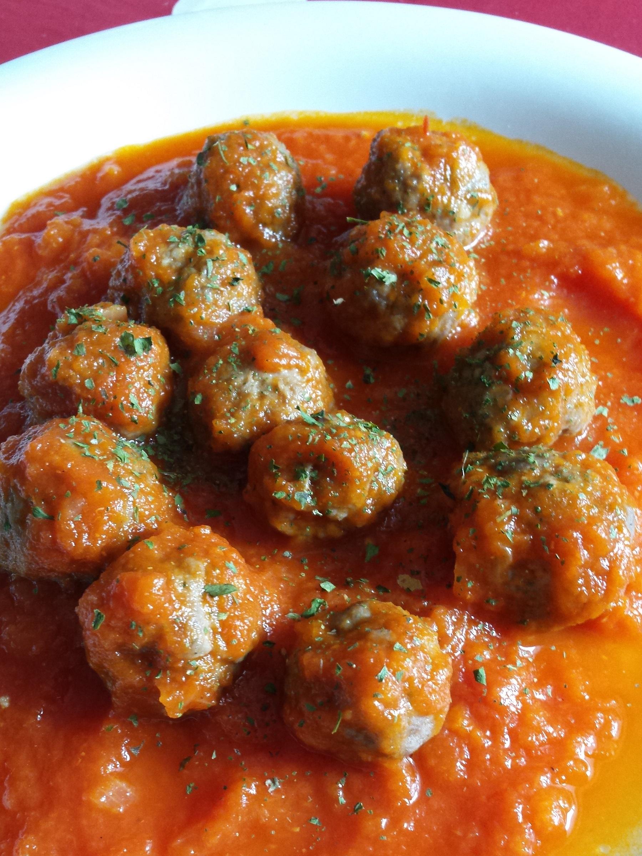 Albóndigas para alérgicos al huevo, a la leche o celíacos con salsa de tomate