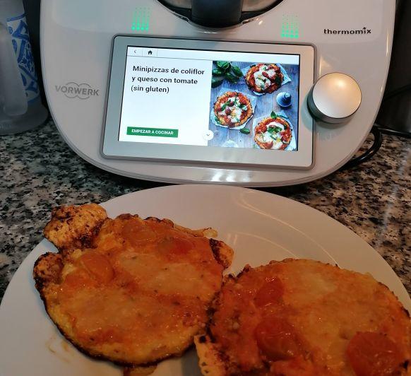 Minipizzas de coliflor y queso con tomate (sin gluten)