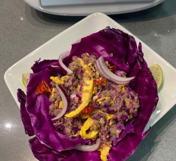 Cesta de lombarda con quinoa y pollo
