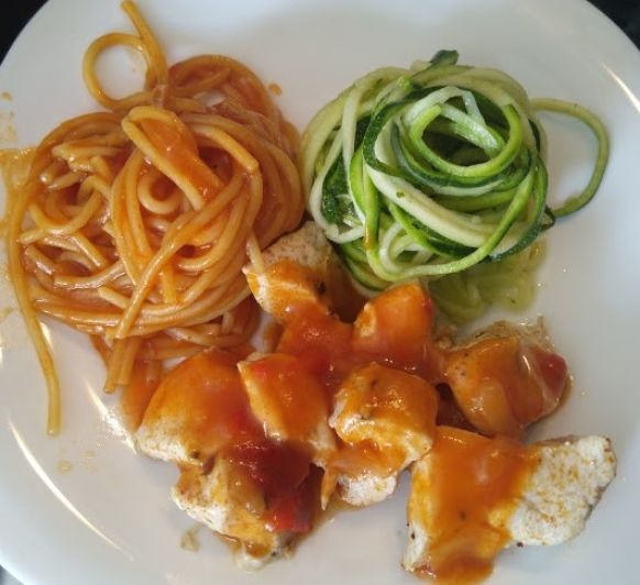 Pollo, espaguetis y zoodles de calabacín