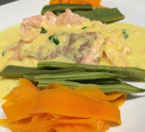 Salmon relleno de su Mousse con Salsa de Mango