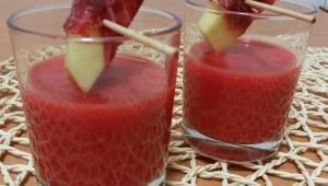 Gazpacho de Frambuesa con tapón de cecina y manzana